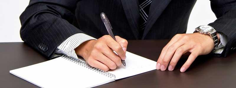 署名をする男性